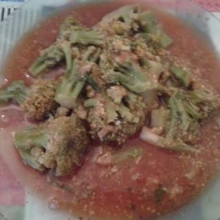 Brocolis en salsa de tomate