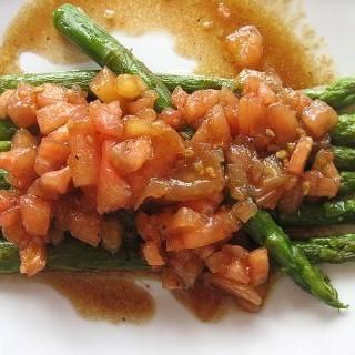 Espárragos con tomate