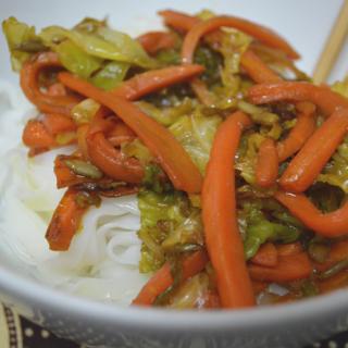 Noodles de arroz con zanahoria y col