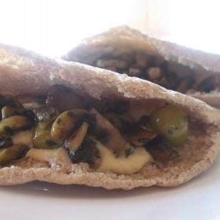 Bocadillos de hummus, champiñones y aceitunas
