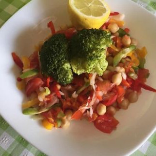 Ensalada fría de garbanzo, col lombarda y brócoli
