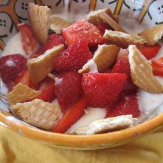 Yogur con galletas y fresa