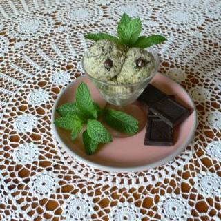 helado de menta con chocolate