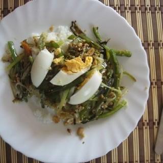 Arroz con verduras y cacahuetes
