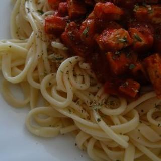 Espaguetis con tomate y tofu